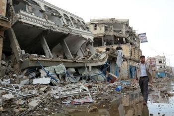 Impacto de ataques na capital iemenita Sanaa.