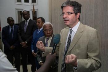 Embaixador de Angola junto às Nações Unidas, Ismael Martins, ao lado do embaixador da França junto à ONU, François Delattre, que fala com a imprensa em Bamako, capital do Mali, durante visita do Conselho de Segurança ao país. Foto: ONU/MikadoFM