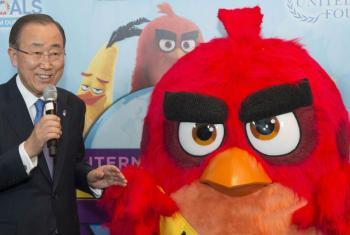 """Secretário-geral da ONU, Ban Ki-moon, com o personagem animado """"Red""""dos """"Angry Birds"""" em evento na sede das Nações Unidas. Foto ONU/Eskinder Debebe."""