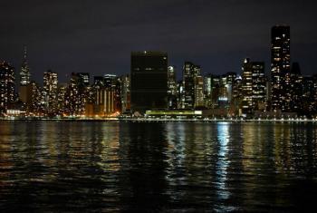 """A sede da ONU em Nova York ficou às escuras neste sábado à noite para marcar a """"Hora do Planeta"""". Foto: Kensuke Matsueda"""