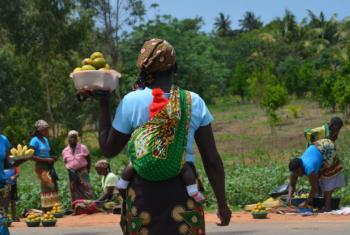 Vendedora informal em Moçambique. Foto: Ouri Pota/arquivo pessoal