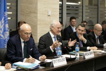 Staffan de Mistura com representantes em Genebra. Foto: ONU/Anne-Laure Lechat