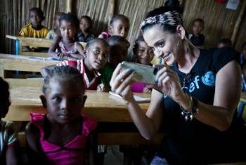 Embaixadora da Boa Vontade do Unicef,Katy Perry, tira fotografia com crianças em uma escola primária no Madagáscar. Foto: Unicef