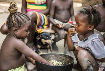 A assistência alimentar às escolas quenianas envolve cerca de 653 mil pessoas. Nesses estabelecimentos há crianças que recebem papas para tratar a desnutrição. Foto: PMA/Rein Skullerud