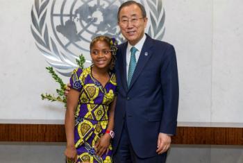 Ban Ki-moon com Raquelina Langa em visita à sede da ONU, agosto de 2014. Foto: ONU/Mark Garten