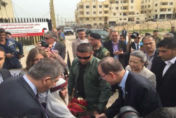 Secretário-geral da ONU cumprimenta menina palestina no Líbano. Foto: Unifil