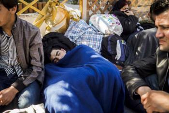 Jovem afegão dorme na rua em Atenas. Foto: Acnur/A. Zavallis