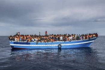 Barco no mar Mediterrâneo repleto de refugiados e migrantes. Foto: Acnur/Massimo Sestini