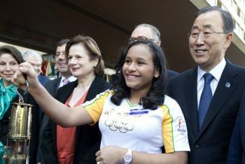 O secretário-geral da ONU, Ban Ki-moon, com Bruna Gabrielle Pitta. Foto: ONU/Jean-Marc Ferré