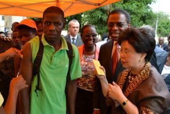 A diretora geral da Organização Mundial da Saúde,Margaret Chan (à direita), acompanha a campanha geral de vacinação em Luanda. Foto: OMS/Jose Caetano