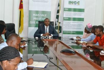 João Machatine (ao centro) fala a jornalistas. Foto: Ingc