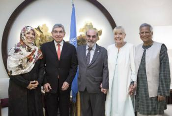 Diretor-geral da FAO, José Graziano da Silva (centro) e os vencedores do Nobel (a partir da esquerda) Tawakel Karman, Oscar Arias Sánchez, Betty Williams and Muhammad Yunus. Foto: FAO/Alessia Pierdomenico