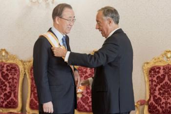 Ban é condecorado pelo presidente de Portugal, Marcelo Rebelo de Sousa. Foto: ONU/Mark Garten