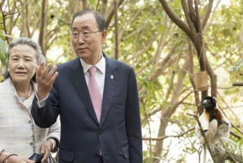 Ban Ki-moon e Yoo Soon-taek em visita ao parque Lemer, no Madagáscar.Foto: ONU/Mark Garten