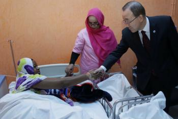 Ban Ki-moon visita pacientes com fístula num hospital na Mauritania. Foto: ONU/Evan Schneider