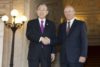 Ban Ki-moon (à esq.) com o ministro dos Negócios e Estrangeiros de Portugal, Augusto Santos Silva. Foto: ONU/Mark Garten