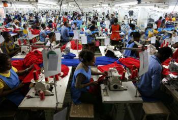 Mulheres trabalharam em fábrica de têxteis. Foto: Banco Mundial/Dominic Chavez