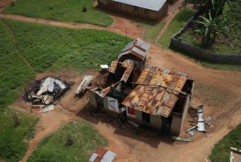 Vista aérea de propriedades queimadas devido à viloência na RD Congo. Foto: ONU/Abel Kavanagh