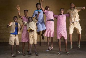 Grupo de crianças na Guiné. Foto: Unicef/UN019137/Hyams (arquivo)