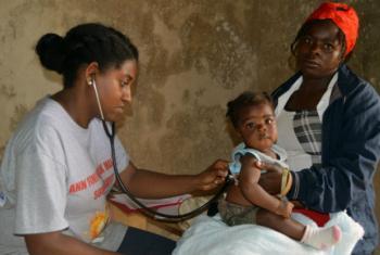 Dr. Josette Sanon (à esq.) atende pacientes em clínica móvel no Haiti. Foto: Unfpa Haiti