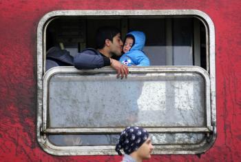 Pai beija filho na estação de trem perto da cidade de Gevgelija, na Macedônia. Foto: UNICEF/UN012729/Georgiev.