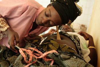 Parteira examina paciente grávida. Foto: Unicef (arquivo)