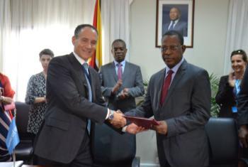 Representante do Unicef, Marco Luigi Corsi (dir.) e Isac Chande, (esq.) Ministro da Justica, Assuntos Constitucionais e Religiosos. Foto: Rádio ONU/Ouri Pota
