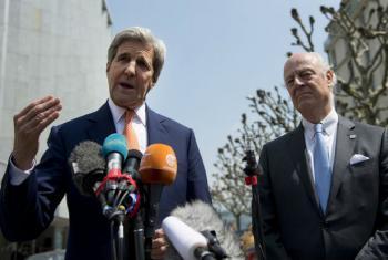 John Kerry (esq.) e Staffan de Mistura (dir.) em coletiva de imprensa. Foto: ONU/Jean-Marc Ferré