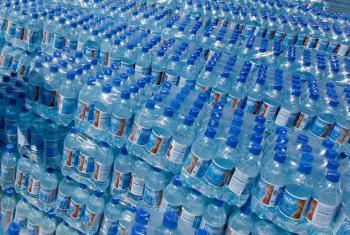 Água engarrafada. Foto: ONU/Logan Abassi