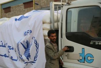 Caminhão da Organização Mundial de Alimentos carregado com grãos de trigo, óleo e sal parte em direção a Amran, no Iêmen. Foto: Ocha/Charlotte Cans