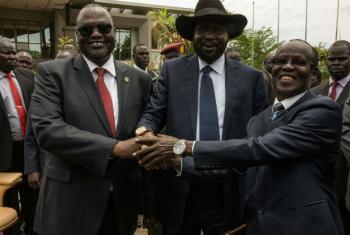 Riek Machar na antiga equipe em que era primeiro vice-presidente, com o presidente Salva Kiir e James Wani Igga, o segundo vice-presidente.