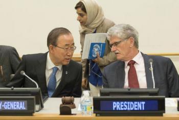 Ban Ki-moon (à esq.) e o presidente da Assembleia Geral, Mogens Lykketoft, na Assembleia Geral da ONU. Foto: ONU/Eskinder Debebe
