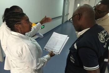 Funcionário da OMS visita o Hospital Geral de Luanda, em Angola. Foto: OMS/Dalia Lourenço