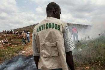 Agente do esquadrão contra drogas da polícia nacional da Libéria supervisiona local de despejo em Monróvia. Foto: ONU/Staton Winter