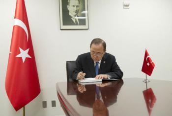 Ban Ki-moon, na Missão da Turquia, assina o livro de condolências às vítimas do ataque no Aeroporto Internacional de Istambul. Foto: ONU/Rick Bajornas
