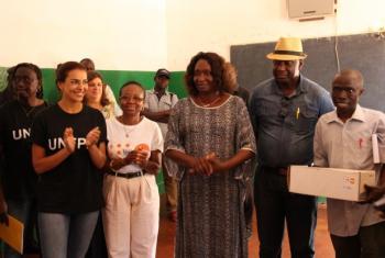 Catarina Furtado ao lado da chefe do Unfpa e de responsáveis da saúde guineenses em Bafatá. Foto: Unfpa/Guiné-Bissau.