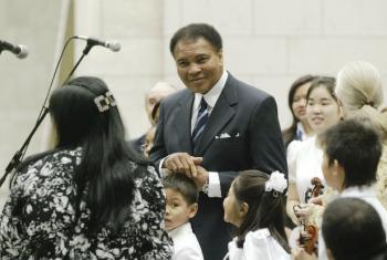 Muhammad Ali era Mensageiro da Paz da ONU desde 1998. Na foto, ele partcipa de evento sobre a paz na sede da organização em 2004. Foto: ONU/Ky Chung