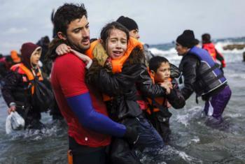Jovem afegâ é resgatada do mar por um voluntário na ilha grega de Lesbos. Foto: Acnur/Achilleas Zavallis