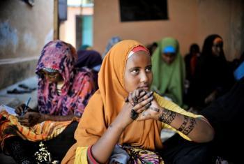 Centro de Saúde Infantil na Somália durante visita de representante especial da ONU sobre Violência Sexual em Conflito. Foto: Toby Jones, 2013.