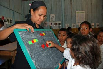 Professora e alunos numa escola em Tibar, Timor-Leste. Foto: Banco Mundial/João dos Santos