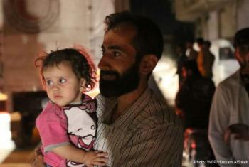 Em 9 de junho, o PMA e parceiros entregaram comida para 2,4 mil mulheres, crianças e homens na cidade de Daraya. Foto: PMA/Hussam AlSaleh