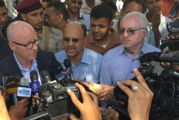 O coordenador humanitário da ONU para o Iemên,Jamie McGoldrick (à esq.), em encontro com jornalistas durante uma visita a Taiz em janeiro de 2016. Foto: Ocha/Trond Jensen