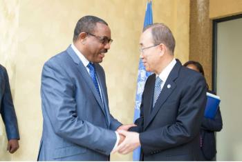 Secretário-geral da ONU, Ban Ki-moon, se encontro com primeiro-ministro da Etiópia, Hailemariam Dessalegn, às margens da Cúpula da União Africana, em Kigali. Foto: ONU/Rick Bajornas