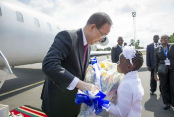Secretário-geral da ONU, Ban Ki-moon, é recebido por uma criança em sua chegada em Nairóbi para participar da reunião da Unctad. Foto: ONU/ Rick Bajornas
