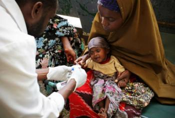 Segundo médico da OMS no Brasil, é possível a transmissão no caso da hepatite B da mãe para o filho no momento do nascimento.Foto: ONU/Stuart Price