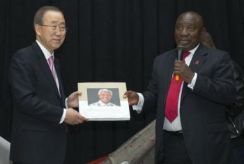 Ban Ki-moon, à esq., com o vice-presidente da África do Sul, Cyril Ramaphosa. Foto: ONU/Rick Bajornas