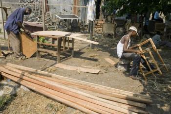 Carpinteiros em Kinshasa, na República Democrática do Congo. Foto: FAO/Giulio Napolitano