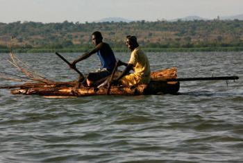 Pescadores quénianos no Lago Victoria. Foto: FAO/Ami Vitale