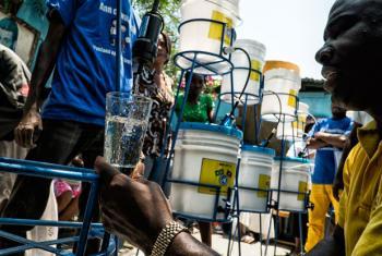 Junto com o governo do Haiti e parceiros, o Unicef conseguiu assegurar a entrega de água potável para 281 mil pessoas. Foto: ONU/Logan Abassi