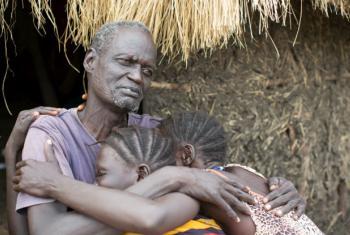 Gatluak Ruei Kon com sua mulher e sua neta em Akobo, no estado sul-sudanês de Jonglei. Foto: Acnur/Rocco Nuri